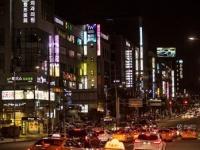 美容整形外科がずらりと並ぶ、韓国・ソウルの繁華街