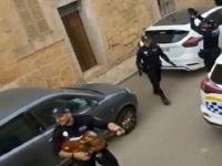 コロナ封鎖で隔離状態の住民たちに歌のサービスをする警察官(マヨルカ島)