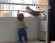 お前にここは危険にゃ!ベランダにいる子供を守ろうとする猫