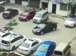 なぜそうなった! 中国でバック駐車しようとした車、ぶつけまくる結末に
