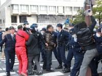 声を荒らげ警察官や機動隊と衝突する市民団体の活動家たち