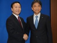 NTTドコモの社長を退任する加藤氏(左)と、新たに社長に就任する吉澤氏(右)