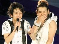 嵐の二宮和也(左)と松本潤(右)