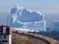 カナダの小さな町の海岸沖に巨大な氷山が出現!