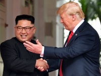 米朝首脳会談での北朝鮮の金正恩朝鮮労働党委員長(左)とアメリカのドナルド・トランプ大統領(右)(写真:AFP/アフロ)