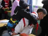 6年間、歩くことのできない病を抱えた同級生を背負い、学校に通い続けた小学生(中国)