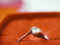 なぜ婚約指輪はダイヤが多いの? 彼女に話せる「指輪にまつわる豆知識」