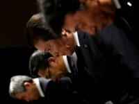 記者会見を行う三菱マテリアルの竹内章社長(右から2人目)ら(写真:ロイター/アフロ)