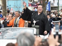 茨城県牛久市で行われた凱旋パレードでの稀勢の里(右)と根本洋治牛久市長(左)(写真:日刊スポーツ/アフロ)
