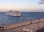 大型フェリーが港に近づいてきた⇒イヤな予感が。。。
