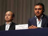 ソフトバンクグループ、孫正義社長(左)とニケシュ・アローラ副社長(つのだよしお/アフロ)
