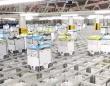 出荷じゃ出荷じゃ~!数千機のロボットがマス目に分類された商品の上を縦横無尽に走り回る倉庫内の光景(イギリス)