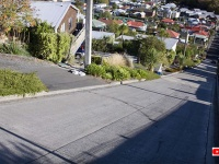 駐車した車も滑り落ちてしまうほど!?イギリスにある世界一急勾配な通り(世界ギネス記録)