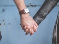 ドキッとさせて! 初デートで手を繋ぐなら「不意打ち」してほしい女子大生は約7割