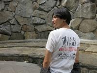 5月に東京都大田区にあるアトリエ木里にて行われた「Love & Peace 愛と平和のメッセージTシャツ展」のワークショップで時松はるな、鈴木侑馬夫妻のデザインを自ら組み合わせてプリントしたTシャツ。「もっと自分たちの生活に関して議論してみては?」。