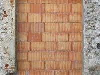 ドイツで玄関に突如レンガの壁が立てられるいたずらが発生