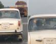 ゴーストドライバー?運転手のいない旧式の車が道路を走行しているミステリー(インド)