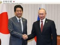 プーチン・ロシア大統領と握手を交わす安倍総理(「首相官邸 HP」より)