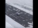 車だけじゃない。 路面凍結でスリップした小型飛行機が…!