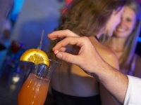 気づかぬうちにお酒に睡眠薬を入れられ……(depositphotos.com)