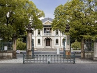 龍谷大学の大宮キャンパス正門と本館(「Wikipedia」より)