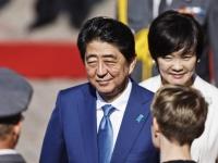 安倍晋三首相(左)と昭恵夫人(右)(写真:AFP/アフロ)