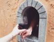 17世紀にペストの感染予防対策として設置された「ワインの窓」が再び復活、コロナ流行を受け(イタリア)