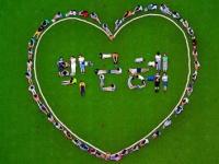 小学生たちの人文字(ハートの中のハングル3文字は左から「パク」「ク」「ネ」)