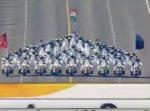 バイクの上でピラミッドまで!? インド国境警備隊によるバイクパフォーマンス。
