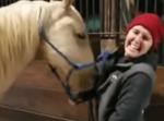 お姉さんの洋服に付いているチャックで遊ぶのにハマってしまった馬の様子が面白い