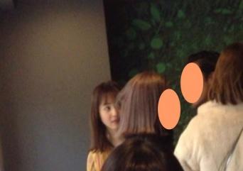 2月某日、裏渋谷のレストランで談笑する佐々木希とイケメン男性(写真は一部加工)