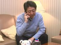 羽生選手が金メダルを獲った後、電話で祝福アピールする安倍首相(首相官邸ホームページより)