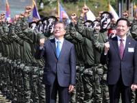 「国軍の日」の記念式典に出席する韓国の文在寅大統領(左)(写真:YONHAP NEWS/アフロ)