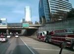 後輪のステアリングか? 滑るように道路を横切る消防車がすごい!