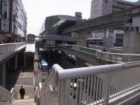 人工的で未来的な駅周辺