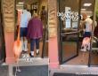 思わず二度見。店に入ろうとするフラミンゴと、フラミンゴのためにドアを支えるジェントルマン