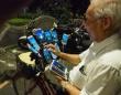 スマホの数は11台。自転車に装着し、ポケモンゲットに全力投球な70歳のおじいちゃん(台湾)