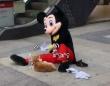 こう熱くっちゃよぅ、お前も中の人大変よな。猫に風を送るミッキーマウス(シュール)