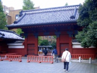 東京大学・赤門(「Wikipedia」より)