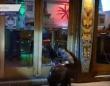 食べ物をください。空腹のオットセイ、ロックダウン中のレストランのドアを叩く(南アフリカ)