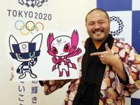 東京オリンピック・パラリンピックの公式マスコットと作者の谷口亮さん(写真:日刊スポーツ/アフロ)