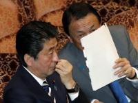 安倍晋三首相(左)と麻生太郎財務大臣(右)(写真:日刊現代/アフロ)
