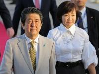 安倍晋三首相(左)(写真:AFP/アフロ)