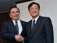 カルロス・ゴーン日産自動車社長(左)と益子修三菱自動車会長(UPI/アフロ)