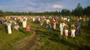 フィンランドで「かかし」の密が発生していた!Googleマップで偶然発見された1200体にも及ぶかかしの大群