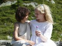 実写映画『ハイジ アルプスの物語』。肉親からの愛情に飢えている野生児ハイジと都会育ちの令嬢クララは永遠の友情を誓い合う。