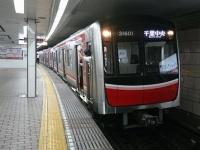 スマホが扉に挟まれただけで、電車が止まる?(モロシさん撮影、Wikimedia Commons
