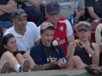 メジャーリーグの試合中にファウルボールをもらった少年の行動が素敵だと話題に