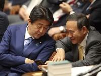 安倍晋三首相と菅義偉官房長官(写真:日刊現代/アフロ)