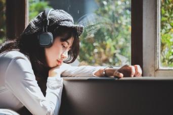 うつの人はなぜ悲しい音楽を聴きたがるのか?それには理由があった(米研究)